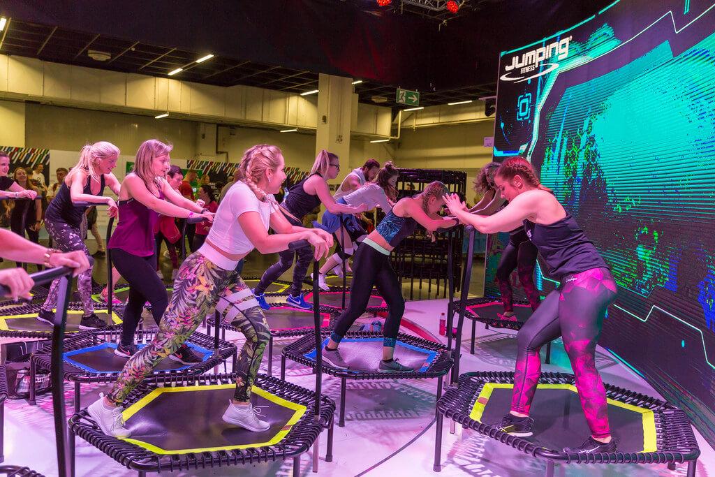 Clase de gym jumping fitness sobre trampolin musica y ejercicio fisico saludable