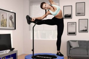 Rutina de workout junping fitness sobre trampolin con manillar