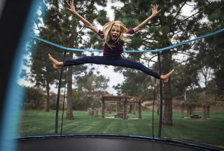 aerobic body jump fit sobre trampolin con red de cuerdas bungee