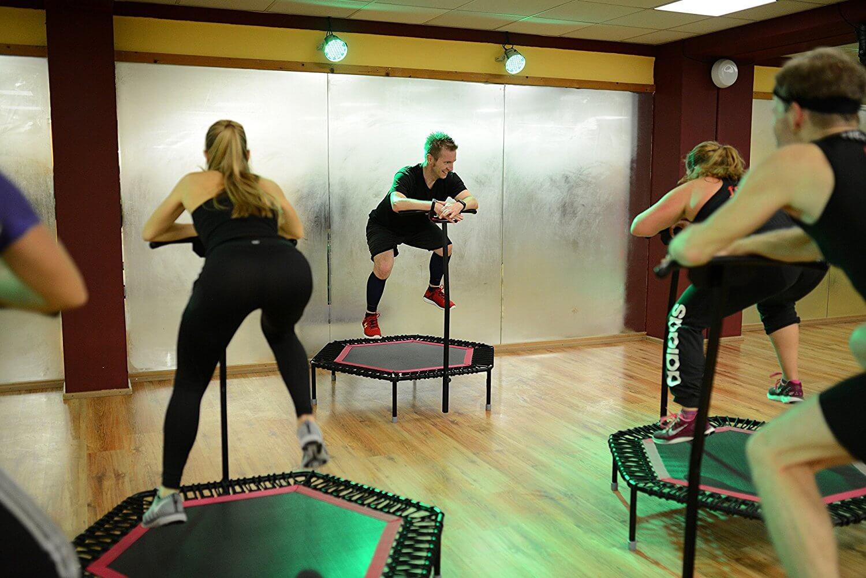 Body jump aerobic sobre trampolin junping fitness