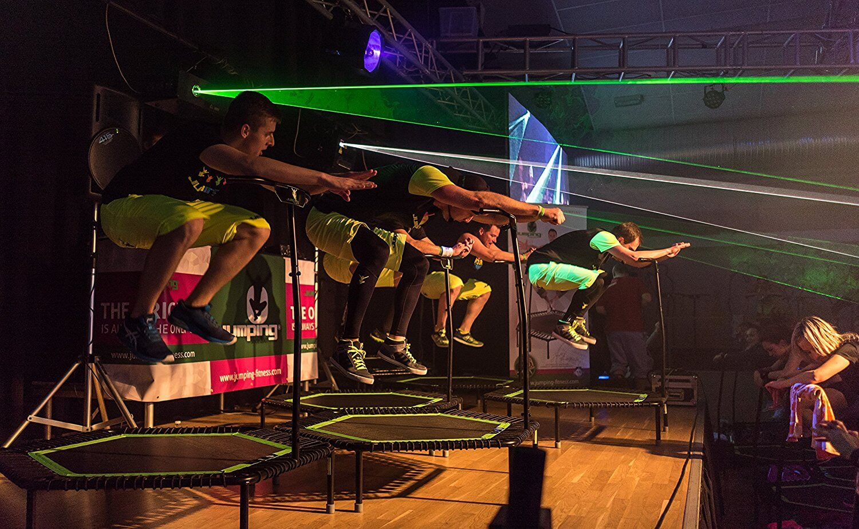 Clase de exhibición de Jumping Fitness, power jump con musica frenética