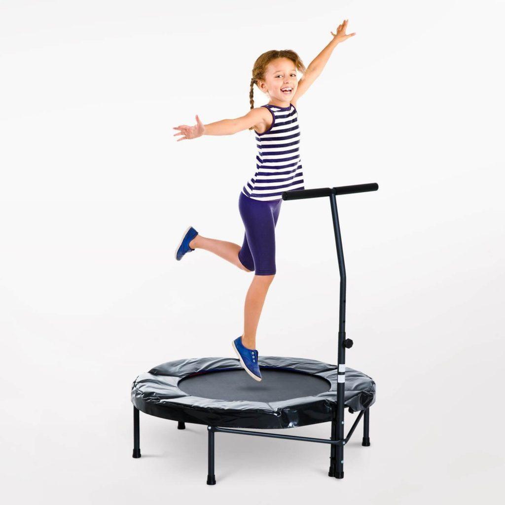 Trampolin de jumping fitness de marca con manillar y niña hacienso bungee jump