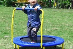 mini trampolín con barra y base acolchada para niños